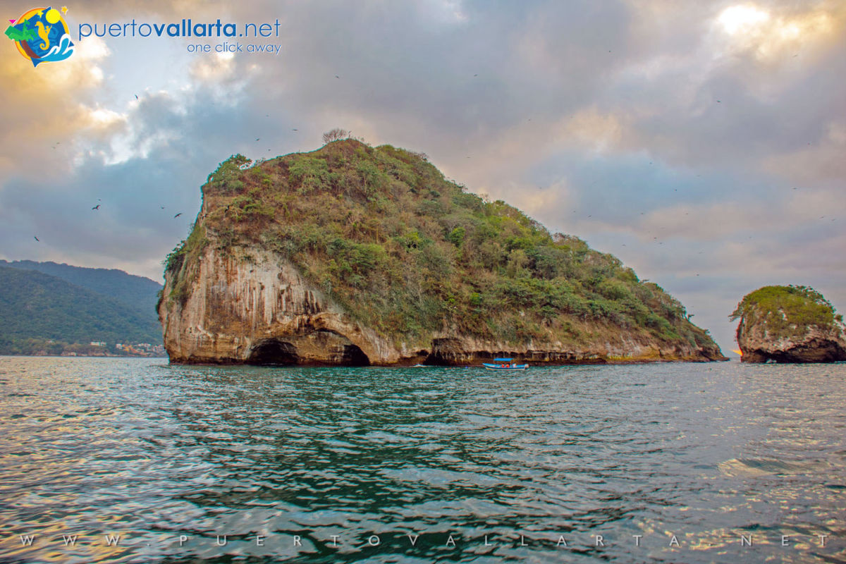 Roca de Los Arcos (The Arches Rock, left) y Roca de La Tortuga (Turtle Rock, right) Los Arcos de Mismaloya